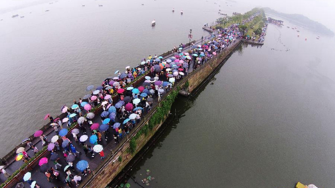 West Lake crowded during National Day in Hangzhou