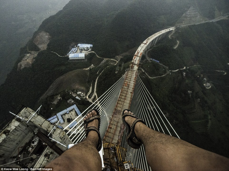 Man Proposes to Girlfriend on World's Tallest Bridge in China
