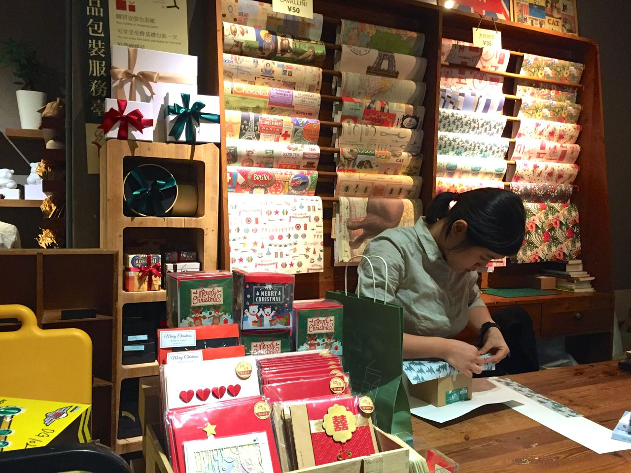fangsuo-bookstore-christmas-shopping