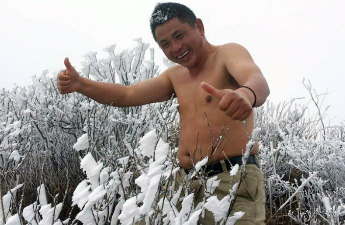 Brave Man Goes Shirtless on Icy Guangdong Mountaintop