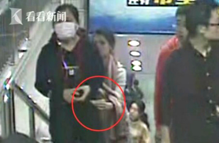 PHOTOS: Shanghai Metro Pickpockets Caught on CCTV