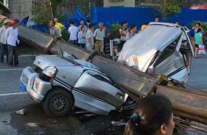Van Crushed by Falling Crane in Guangdong, 7 Dead