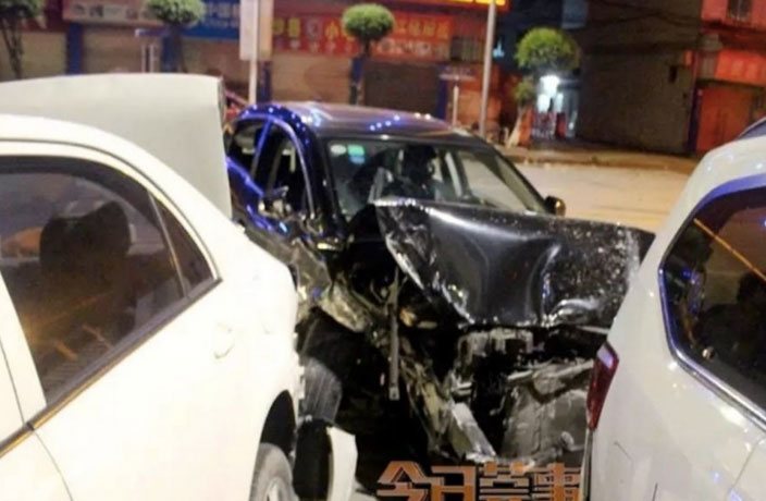 Drunk Couple Hits 10 Parked Cars in Guangdong
