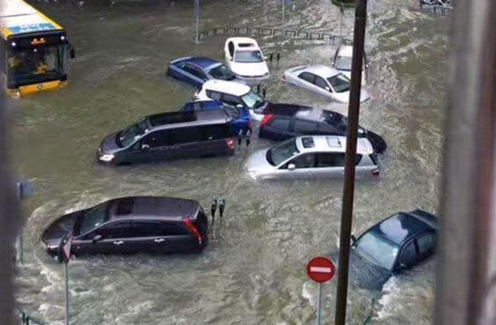 Typhoon Hato slams into Hong Kong