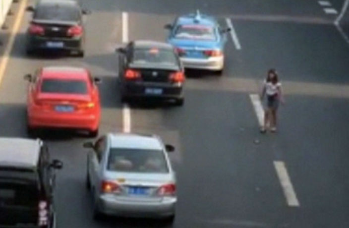 WATCH: Woman Attacks Cars with Metal Stick in Guangzhou