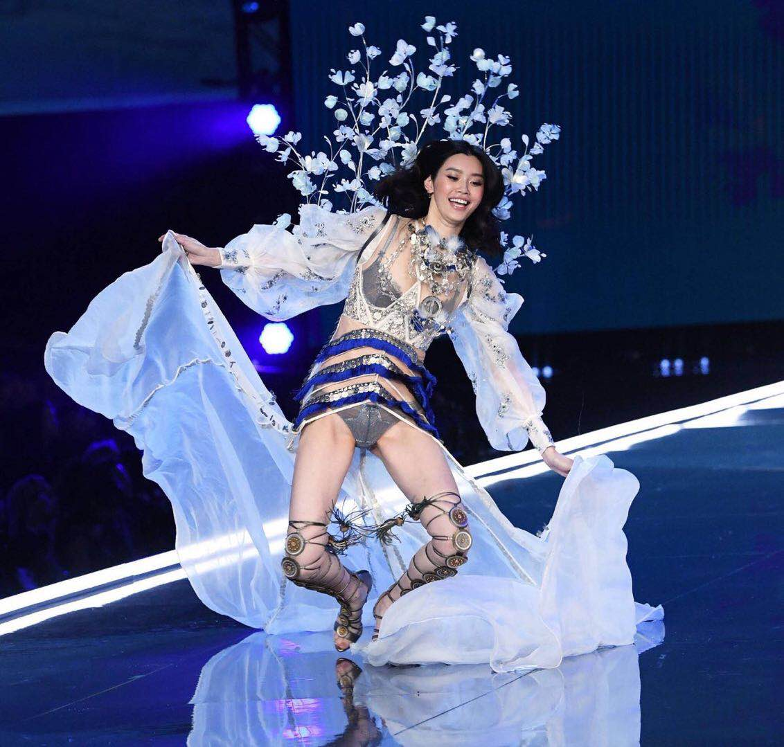 Victoria's Secret angel takes a tumble and wins hearts