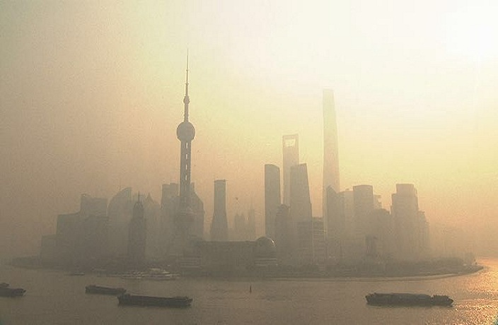 Shanghai Flanked by Heavy Pollution and Severe Cold Weather