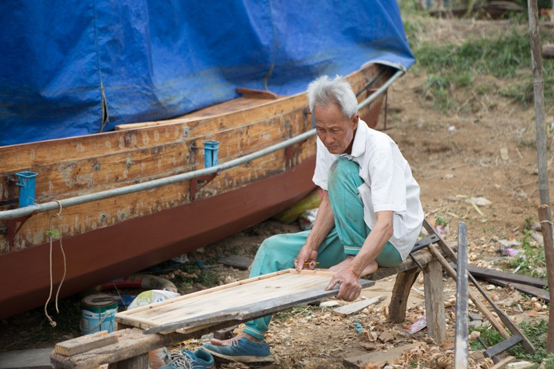Planing-wood-for-boat-repairs-in-Shuishang-Village1.jpg