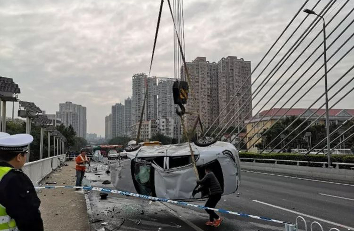 7 Injured in Car Crash on Guangzhou's Haiyin Bridge