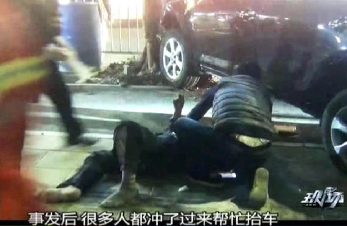 Passersby Save Elderly Man Pinned Under Car in Shenzhen
