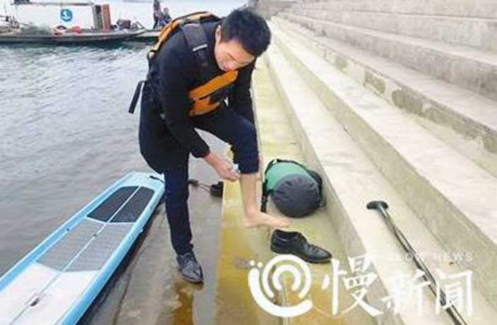 Man Cuts Daily Commute to Just 6 Mins by Paddling Across Yangtze River