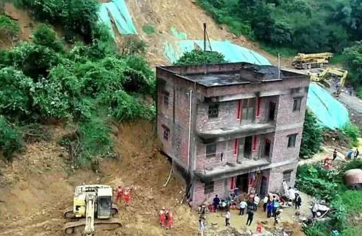 6 Dead After Landslide Strikes South China Town