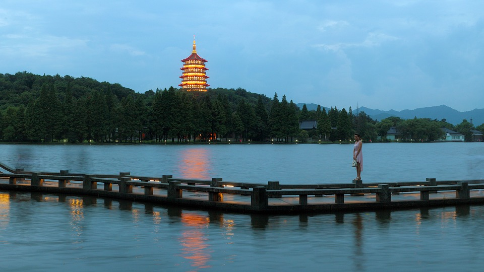 hangzhou-west-lake-night-2099752_960_720.jpg