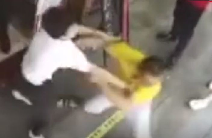 WATCH: Deliveryman Knocks Out Cashier in Guangzhou