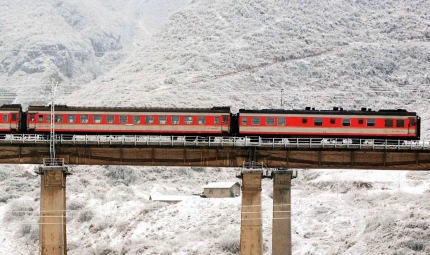 train-stranded-winter-storm-2008.jpg