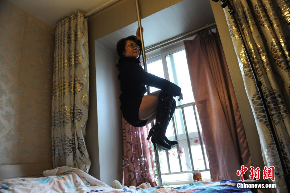 This 68 Year Old Granny Is China S Oldest Pole Dancer Thatsmags Com