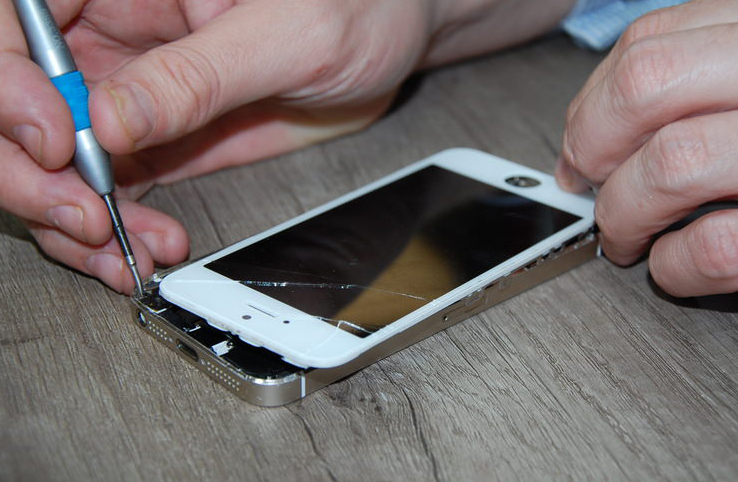 fixing-an-iphone-5-screen.jpg