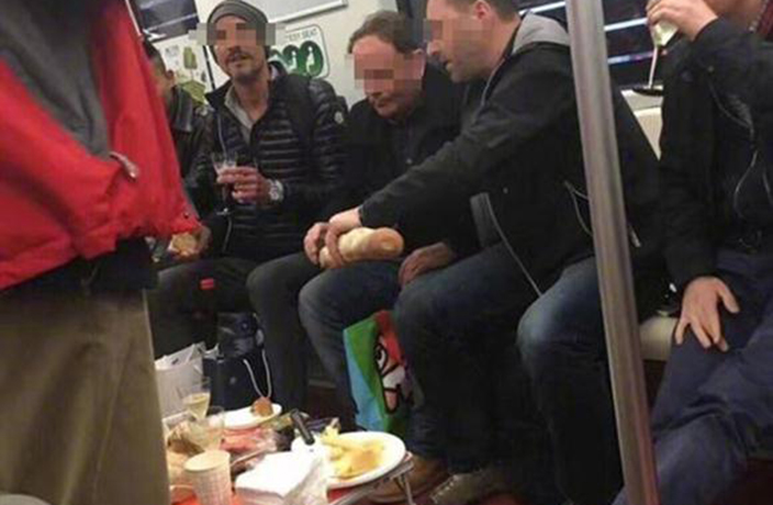Foreigners Wine and Dine on Shanghai Metro, Netizens Outraged