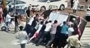 Good Samaritans Right Overturned Delivery Van in Guangdong