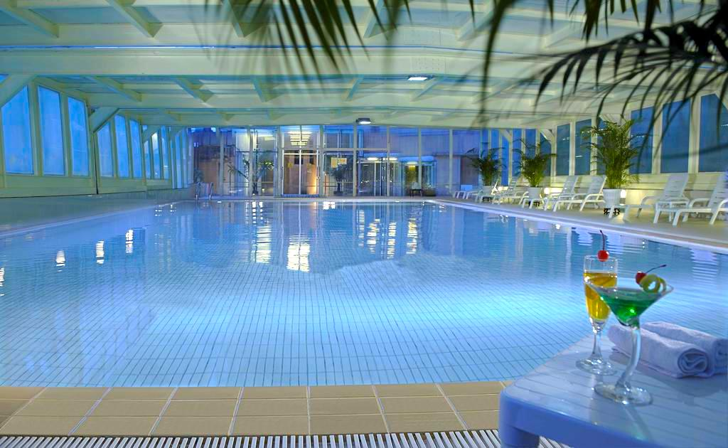 crowne-plaza-swimming-pool.jpg
