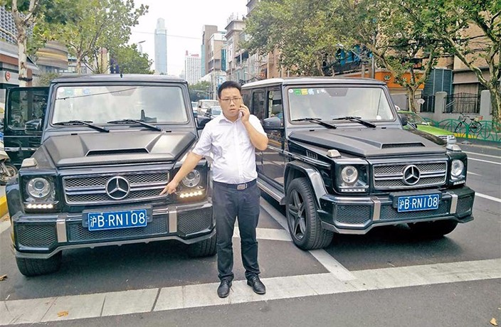 Twin Cars with Identical License Plates Pulled Over in Shanghai