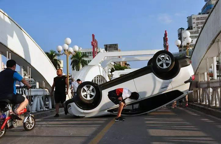 Flipped Car Delays Traffic for 2 Hours in Guangdong