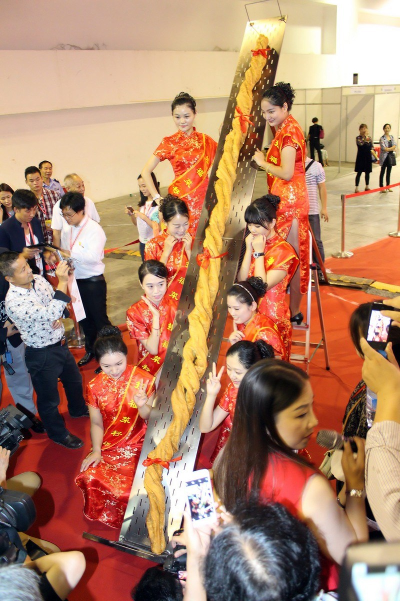 World's largest fried youtiao (3.732 meters)