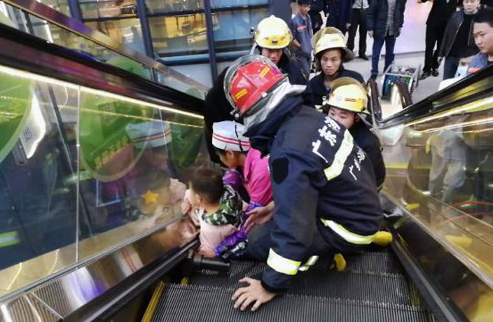 3-Year-Old Kid Gets Hand Stuck in Mall Escalator in Guangzhou