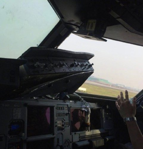 2 Injured as Cockpit Window Shatters Mid-Flight in China