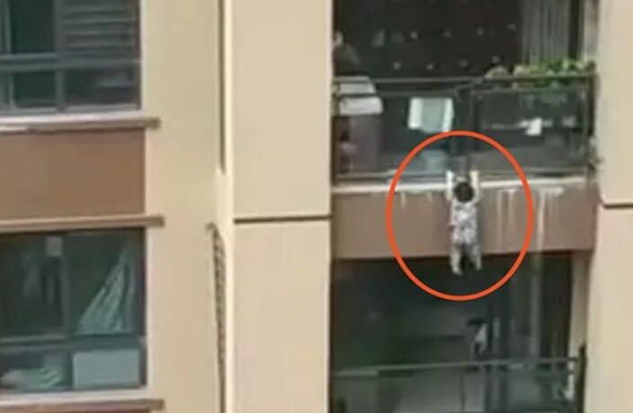 2-Year-Old Falls From 6th-Floor Balcony in Chongqing