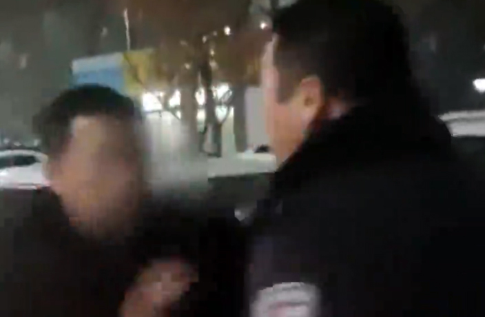 Drunk Special Education Teacher Slaps around Police in China